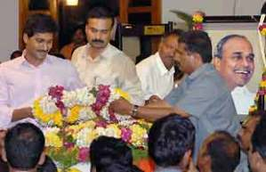 Jaganmohan Reddy places flowers at the body of his father Y S Rajasekhara